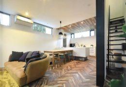 ペレットストーブのあるヘリンボーン無垢床の家